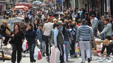 poblacion-mucha-gente-caminando-715x401