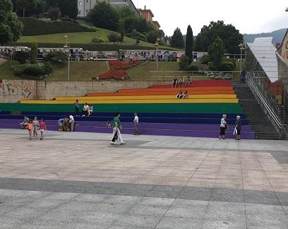 680x540-noticias-plaza-de-unzaga-en-eibar-decorada-con-los-colores-del-arcoiris