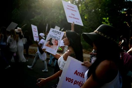 People take part in a march at the Bois de Boulogne in Paris, on August 24, 2018, in tribute to Vanesa Campos, a 36 year-old transsexual sex worker who was killed the week before. / AFP / Lionel BONAVENTURE