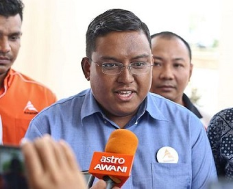 PENANG 09/08/18: Penang Amanah Youth Cheif Mohd Saifullah Abd Nasir speaks to the press regarding the Lesbian, Gay, Bisexual and Transgender (LGBT) issue in front of Penang Island Municiple Council. PICTURE BY SAYUTI ZAINUDIN