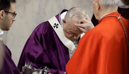 el-cardenal-jozef-tomko-pone-cenizas-en-la-frente-del-papa-francisco-en-la-basilica-de-santa-sabina-en-roma-ap-1