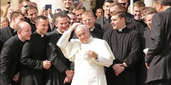 el-papa-con-los-nuevos-sacerdotes_560x280
