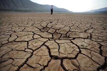 hombre-y-tierra-seca-fondo