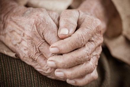 manos-anciana-asiatica-agarra-su-mano-en-el-regazo_4236-336