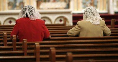 mujer-en-la-iglesia