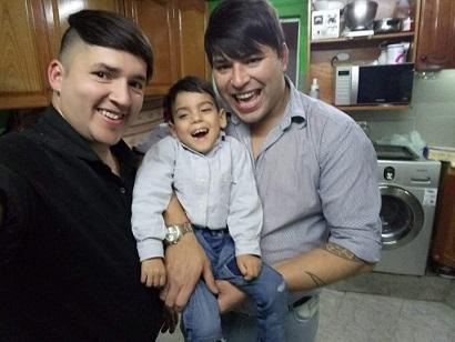 papas-gays-hijo-paralisis-cerebral