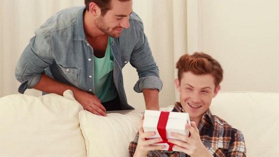 842912258-pareja-homosexual-gay-cumpleanos-regalo