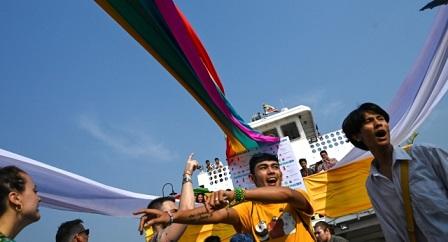 myanmar-celebra-el-orgullo-con-el-primer-desfile-de-barcos-de-la-historia