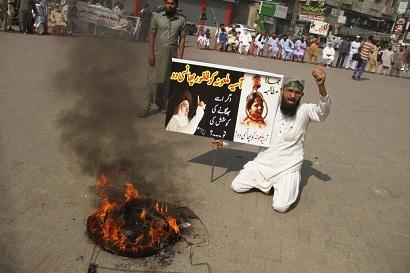 HYD01. HYDERABAD (PAKISTÁN), 31/10/2018.- Simpatizantes del partido político Tehrik Labaik Ya RasoolAllah (TLP) protestan en contra de la absolución por el Tribunal Supremo de la cristiana Asia Bibi en Hyderabad (Pakistán) hoy, 31 de octubre de 2018. Grupos de radicales islamistas protestan hoy en varias ciudades paquistaníes por la absolución por el Tribunal Supremo de la cristiana Asia Bibi, condenada a muerte en 2010 por supuestamente insultar al profeta Mahoma. EFE/ Nadeem Khawer