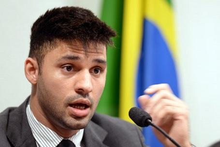 congresista-gay-que-huyo-de-brasil-sera-reemplazado-por-otro-politico-gay-0