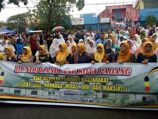 el-alcalde-de-indonesia-apunta-a-los-homosexuales-porque-estan-poseidos-por-demonios-0