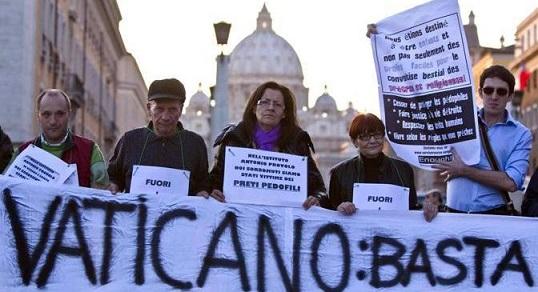 (29102011_SC013)- ROMA 29/10/2011 - PROTESTA DELL' ASSOCIAZIONE SURVIVORS VOICE EUROPE CONTRO PRETI PEDOFILI A LARGO GIOVANNI XXII NEI PRESSI DEL VATICANO. NELLA FOTO CARTELLI E STRISCIONI ESPOSTI DELL'ASSOCIAZIONE PER LE VITTIME DEI PRETI PEDOFILI. FOTO ANGELO CARCONI/ {TM News - Infophoto} Citazione obbligatoria {TM News - Infophoto} - Roma 2011-10-29 (29102011_SC013)- ROMA 29/10/2011 - PROTESTA DELL' ASSOCIAZIONE SURVIVORS VOICE EUROPE CONTRO PRETI PEDOFILI A LARGO GIOVANNI XXII NEI PRESSI DEL VATICANO. NELLA FOTO CARTELLI E STRISCIONI ESPOSTI DELL'ASSOCIAZIONE PER LE VITTIME DEI PRETI PEDOFILI. FOTO ANGELO CARCONI/ {TM News - Infophoto} Citazione obbligatoria {TM News - Infophoto} CARCONI - ROMA: PROTESTA ASSOCIAZIONE - SURVIVORS VOICE EUROPE - CONTRO PRETI PEDOFILI ASSOCIAZIONE PER LE VITTIME DEI PRETI PEDOFILI,cRONACA,MANIFESTAZIONE,PedOFILI,PedOFILIA,prOTESTA,ROMA,SURVIVORS VOICE EUROPE,VATICANO - fotografo: Carconi / TM News - infophoto