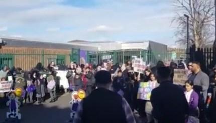 el-desafiante-director-de-la-escuela-de-birmingham-no-detendra-las-clases-de-lgbt-en-medio-de-las-protestas-0