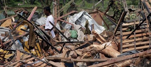 COL01.BATTICALOVA (SRI LANKA).18/9/2010.-Policías ceilaneses inspeccionan los escombros tras la explosión accidental ocurrida en la comisaría de Karadiyanaru, en Batticaloa, Sri Lanka hoy sábado 18 de septiembre de 2010. En la explosión murieron 26 personas y otras 50 resultaron heridas. EFE/STR