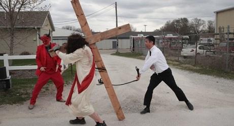 el-imitador-de-pete-buttigieg-azota-a-jesus-en-una-extrana-protesta-anti-gay