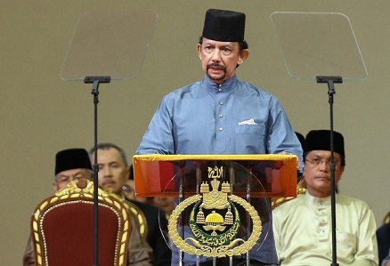 Brunei's Sultan Hassanal Bolkiah delivers a speech during the official ceremony of the implementation of Sharia Law in Bandar Seri Begawan on April 30, 2014. The Sultan of Brunei announced on April 30 that a controversial new penal code featuring tough Islamic criminal punishments would be phased in beginning on May 1. AFP PHOTO