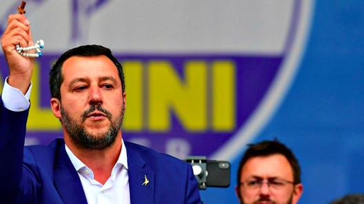 Salvini-mostrando-rosario-Liga-Norte_2123497682_13614032_660x371