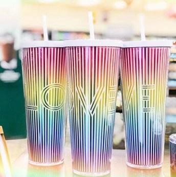 starbucks-presenta-la-copa-de-color-arco-iris-para-el-mes-del-orgullo-0
