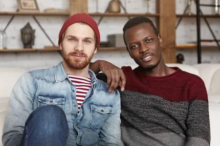 74225676-feliz-pareja-interracial-homosexual-tener-descanso-en-el-interior-hombre-afroamericano-descansando-e