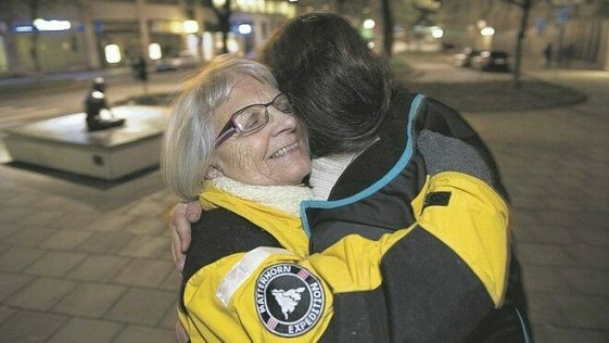 Elise-Lindqvist-abraza-mujer-Estocolmo_2136696347_13744111_660x371