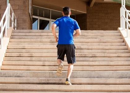 Hombre-subiendo-escaleras-corriendo