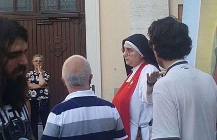 monja-retira-a-los-manifestantes-anti-lgbti-del-patio-de-la-iglesia-durante-el-orgullo-de-brianza-0