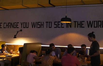 vigilancia-este-cafe-en-la-india-emplea-principalmente-a-personas-transgenero-0