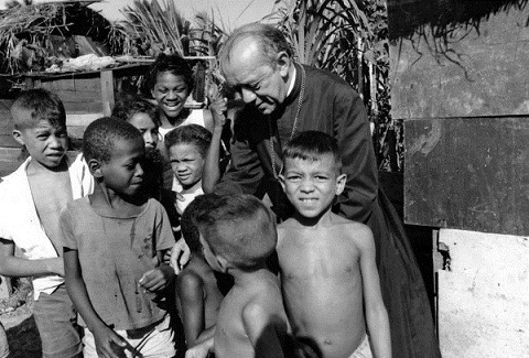 1970-Dom-Helder-CAMARA-archeveque-Recife-avec-enfants-bidonville-diocese-Bresil-Amerique-Latine_0_730_406