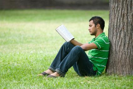 Joven-meditando-con-la-Escritura