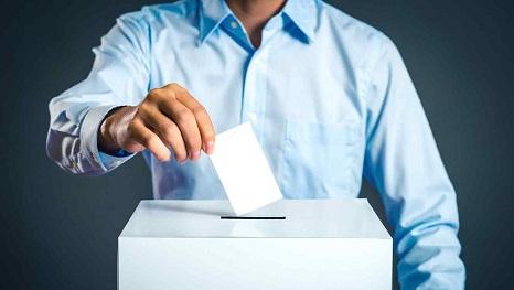 hombre-con-camisa-votando