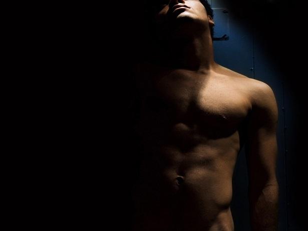 hombre-desnudo-penumbra-oscuridad