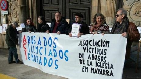 Protesta-victimas-sede-Arzobispado-Pamplona_2196390364_14259309_660x371