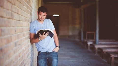 Un-hombre-estudia-la-Bibliaestudios-biblicos