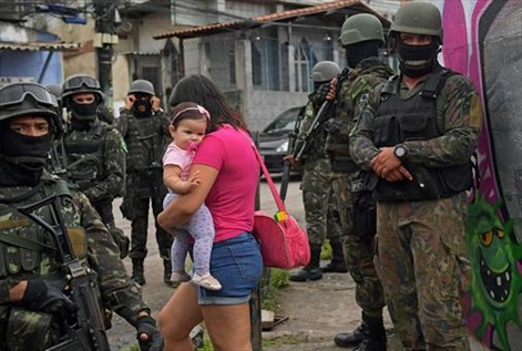 militarizacion-8patrulla-militar-vila-kennedy-una-favela-rio-janeiro-pasado-viernes-1519676491480