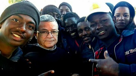 Monsenor-Agrelo-junto-migrantes-africanos_2113598686_13528262_660x371