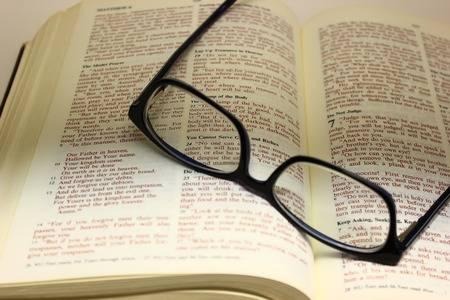 81096653-biblia-abierta-a-la-oración-del-señor-con-un-par-de-copas-en-las-páginas-