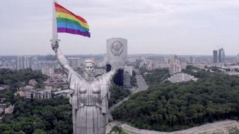 vigilancia-activistas-lgbtq-usan-zanganos-para-colocar-la-bandera-del-arco-iris-sobre-el-monumento-de-la-ciudad-0