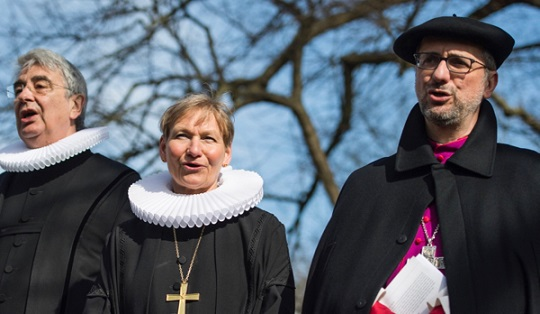 30 March 2018, Germany, Luebeck: Kirsten Fehrs, bishop the parishes Hamburg and Luebeck of the Evangelical Lutheran Church in Northern Germany, Lutz Jedeck (l), pastor of the Evangelical Lutheran parish St. Jakobi Luebeck, and Hamburg's Archbishop Stefan Hesse stand together for an ecumenical Good Friday procession. Photo: Malte Christians/dpa