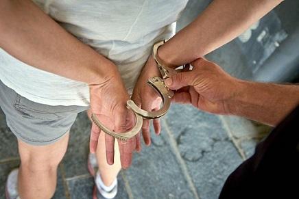un-hombre-es-detenido-por-la-policia-efe