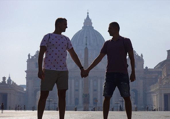 una-pareja-gay-polaca-viaja-al-vaticano-para-desplegar-una-bandera-gigante-del-orgullo-frente-al-papa-francisco-pidiendo-ayuda-0
