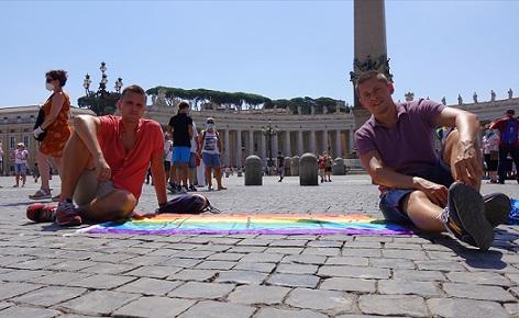 una-pareja-gay-polaca-viaja-al-vaticano-para-desplegar-una-bandera-gigante-del-orgullo-frente-al-papa-francisco-pidiendo-ayuda-4