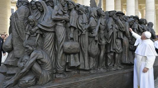 Papa-escultura-emigrantes-refugiados_2220687973_14491029_667x375