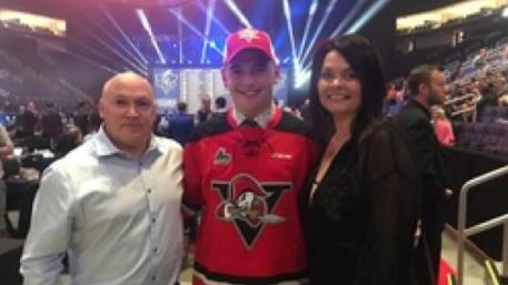el-jugador-de-hockey-adolescente-de-elite-sale-como-gay-y-la-multitud-se-vuelve-loca-0