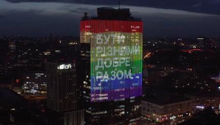 el-rascacielos-de-kiev-ondea-desafiantemente-una-bandera-arco-iris-de-140-metros-de-altura-y-un-mensaje-de-union-para-el-orgullo