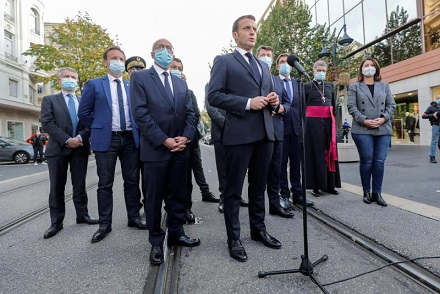 Nice (France), 29/10/2020.- French President Emmanuel Macron (C) speaks to the media during the visit to the scene of a knife attack at Notre Dame church in Nice, France, 29 October 2020. According to recent reports, at least three people are reported to have died in what officials treat as a terror attack. The attack comes less than a month after the beheading of a French middle school teacher in Paris on 16 October. (Atentado, Francia, Niza) EFE/EPA/ERIC GAILLARD / POOL MAXPPP OUT