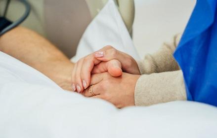 tomados-mano-paciente-hospital-ayuda-familiar-cerca-apoyo_116317-1595