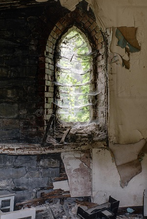 ventana-con-las-telarañas-iglesia-abandonada-del-arco-97349258
