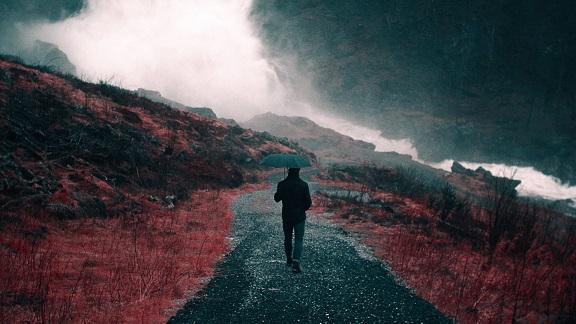 Caminando-bajo-la-lluvia_1920x1080