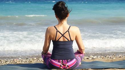 Meditando-en-la-playa_2560x1440