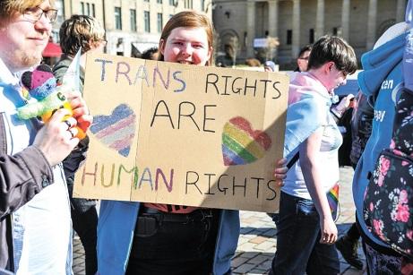 amnistia-cita-el-alarmismo-transfobico-en-un-informe-condenatorio-que-afirma-que-el-reino-unido-se-apresura-a-abandonar-los-derechos-humanos